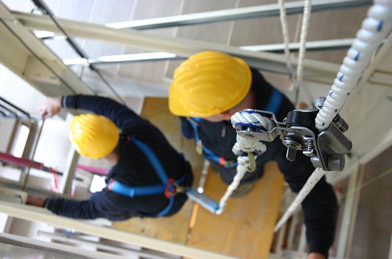 Due tecnici Arno Manetti impegnati in un'attività di manutenzione