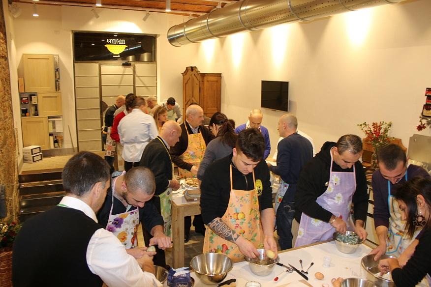 Lo staff Arno Manetti alle prese con la cucina